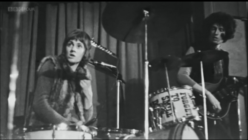 File:Roger Taylor - c. 1969 with Brian May in Smile.jpg
